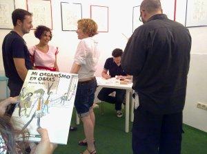 La Isa esperando a que le firmen su librico