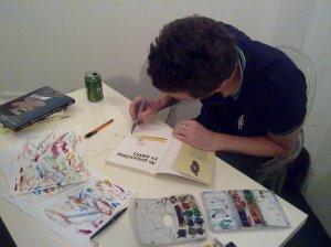 El autor dibujando pacientemente